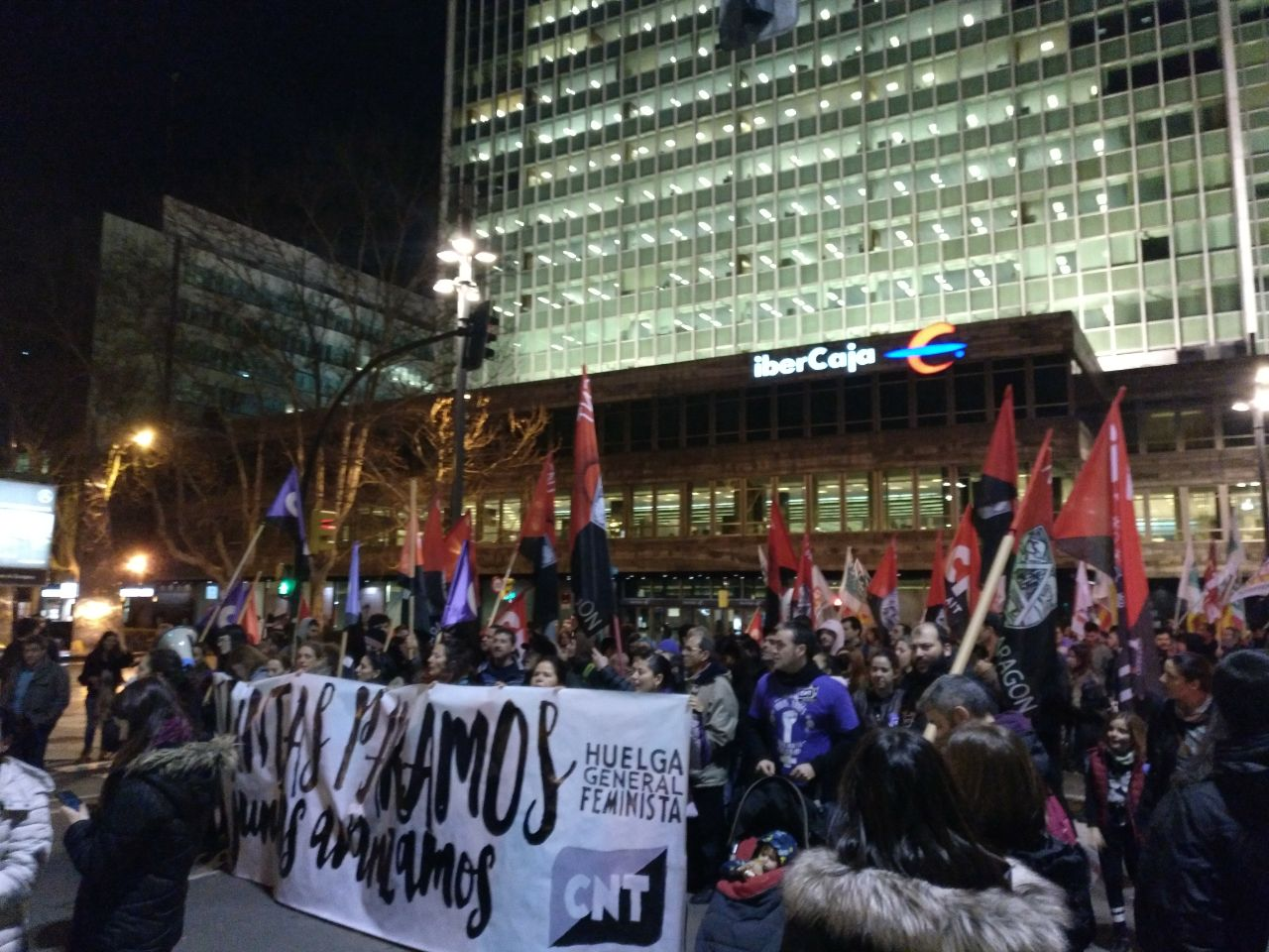 pancarta-cnt-8m-zaragoza-manifestación-noche-saliendo-plaza-aragón-2