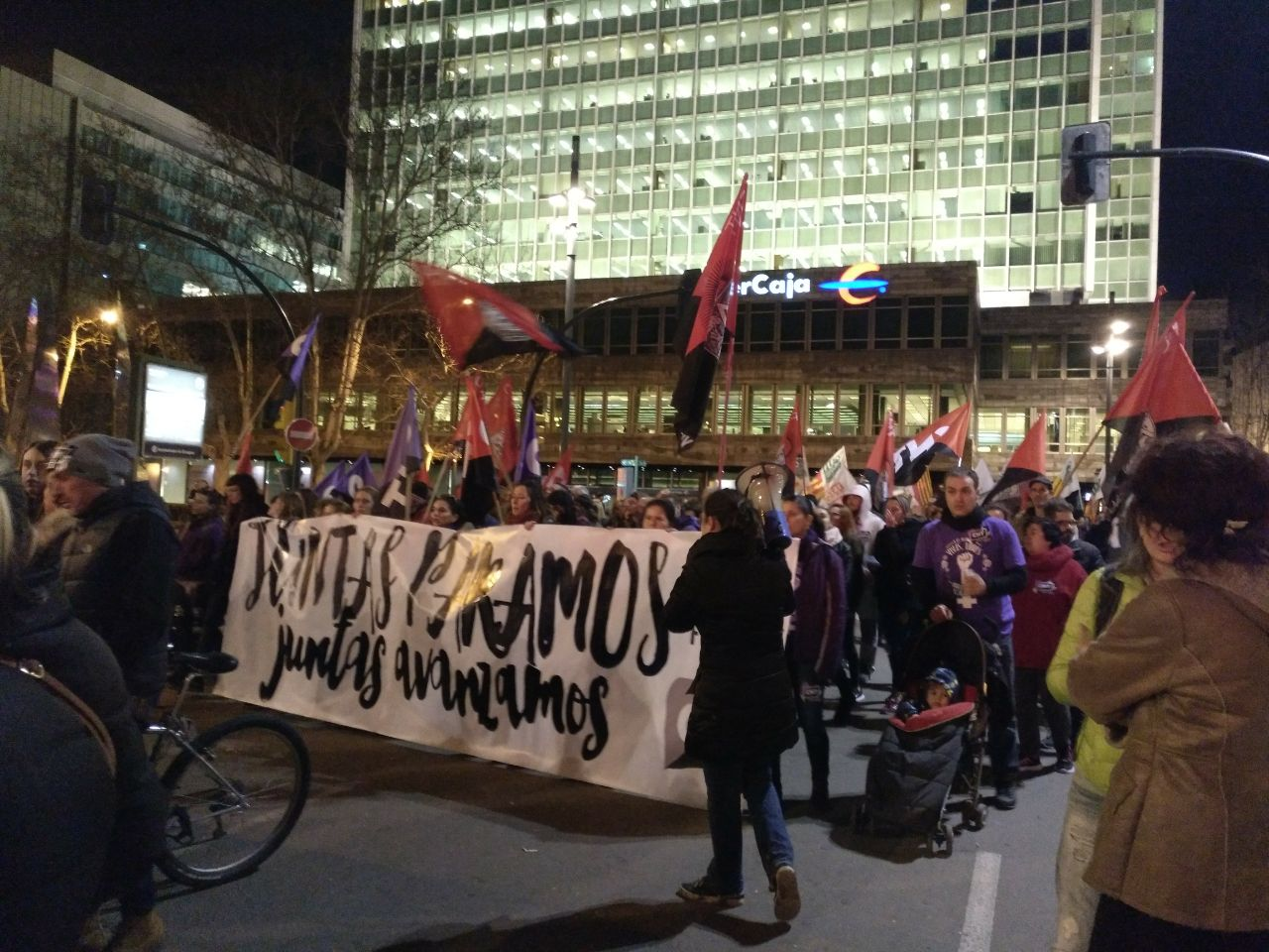 pancarta-cnt-8m-zaragoza-manifestación-noche-saliendo-plaza-aragón