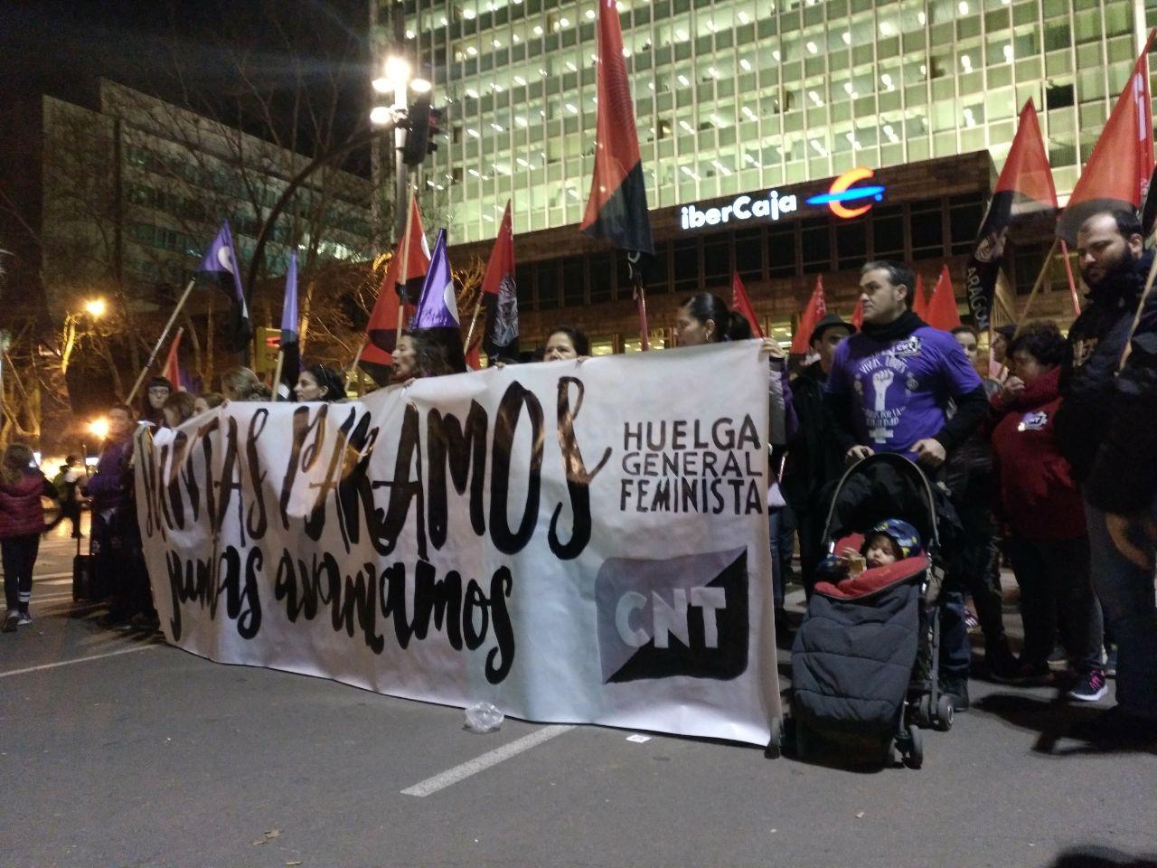 pancarta-cnt-8m-zaragoza-manifestación-noche-saliendo-plaza-constitución